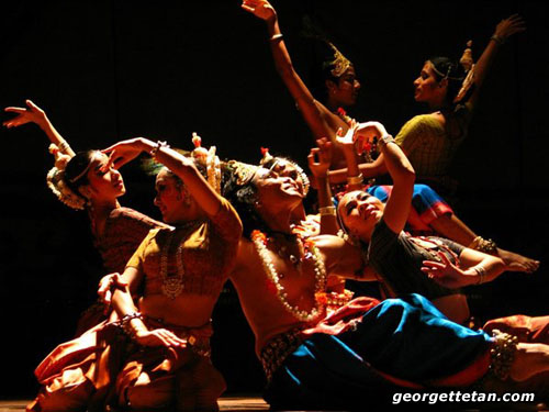 ELEGANT: Ramli Ibrahim & The Sutra Dance Theatre strike a post at the end of a number during their performance in Kuching. © Georgette Tan, 2005)