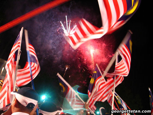 MERDEKA!: Fireworks and flag-waving at the Merdeka Day celebrations in Miri, 2007. (© Georgette Tan, 2007)