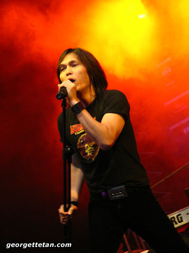 GOD OF ROCK: Once of Indonesian rock band Dewa 19 performs at the Sarawak Indoor Stadium. (© Georgette Tan, 2007)